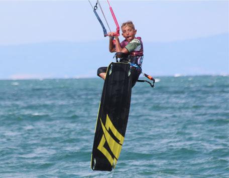 Млад кайтсърфист